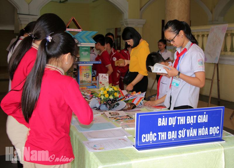 Ban tổ chức trưng bày những bài thi xuất sắc đoạt giải.jpg