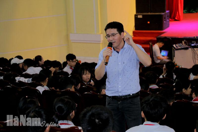 Diễn giả, dịch giả Nguyễn Quốc Vương trò chuyện và giao lưu với học sinh một cách gần gũi và thân mật về sách.jpg