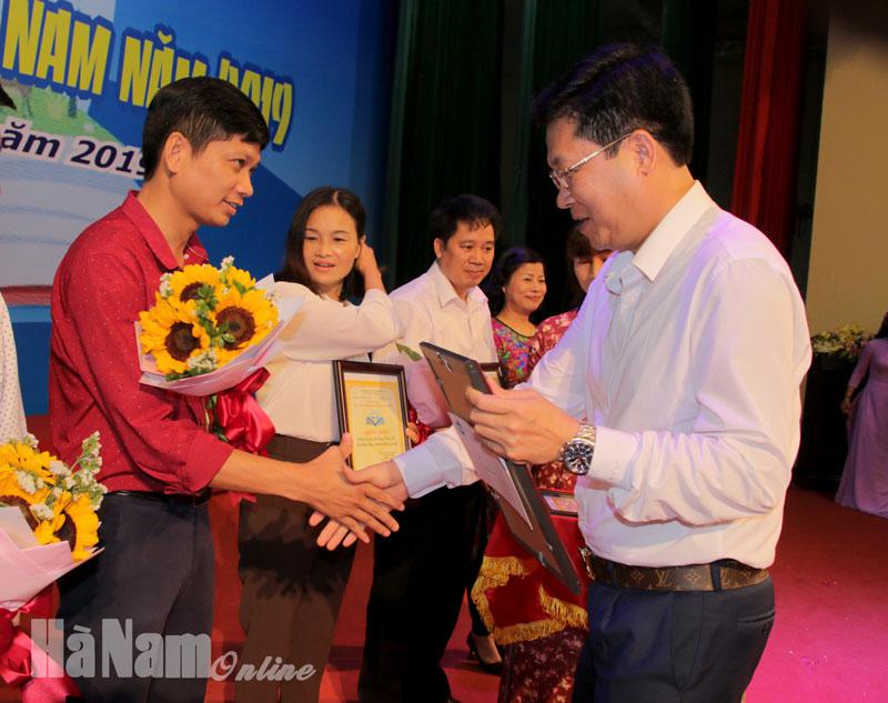 Lãnh đạo Sở VH-TT&DL trao giải cho đại diện các tập thể.jpg